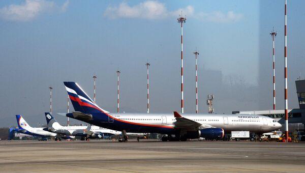 Самолеты на стоянке в аэропорту Владивостока. Архивное фото