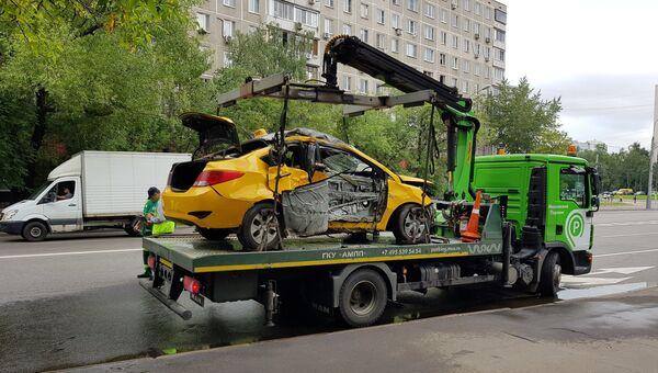 Автомобиль увозят с места ДТП на улице Ташкентская в Москве. 18 июля 2018