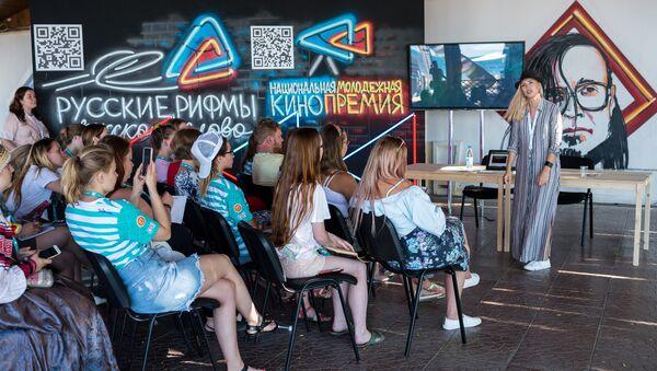 Участники Всероссийского молодёжного образовательного форума «Таврида» на Бакальской косе в Крыму. 17 июля 2018