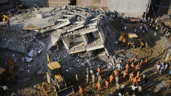 Спасатели на месте рухнувшего здания к востоку от Нью-Дели, Индия. 18 июля 2018 года