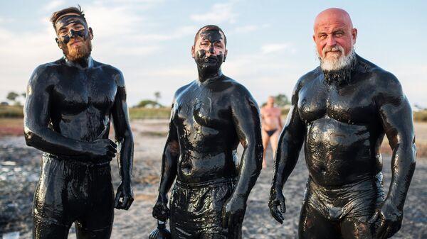 Отдыхающие после принятия грязевых ванн на Чокракском озере в Крыму