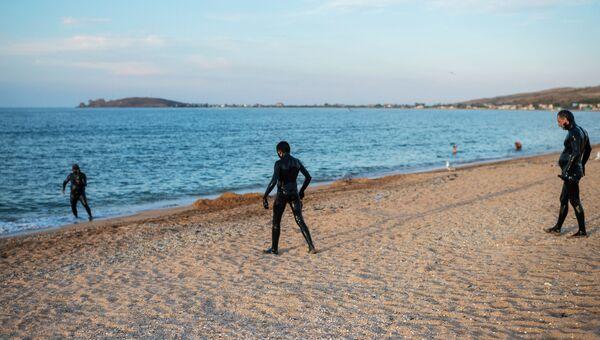 Отдыхающие на берегу Азовского моря в Крыму