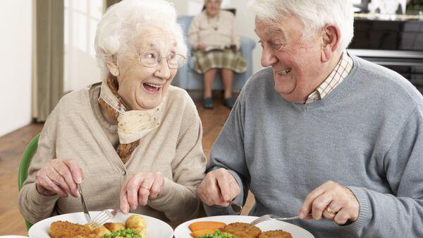 Пожилые люди за едой