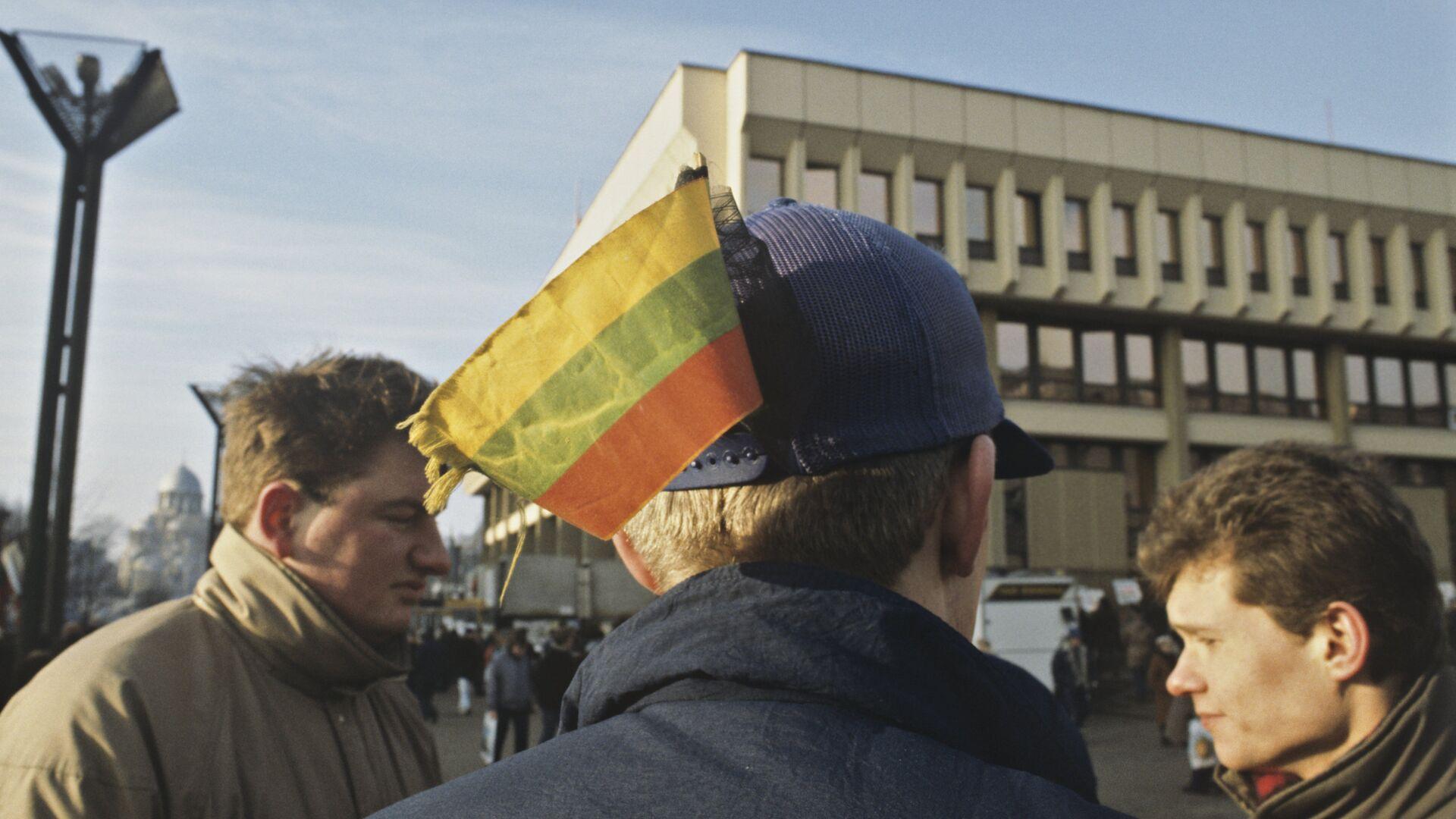 Добровольцы у здания литовского парламента. Январь 1991 - РИА Новости, 1920, 12.11.2020