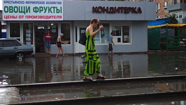 Пешеходы на затопленной в результате осадков улице Краснодара. 22 июля 2018