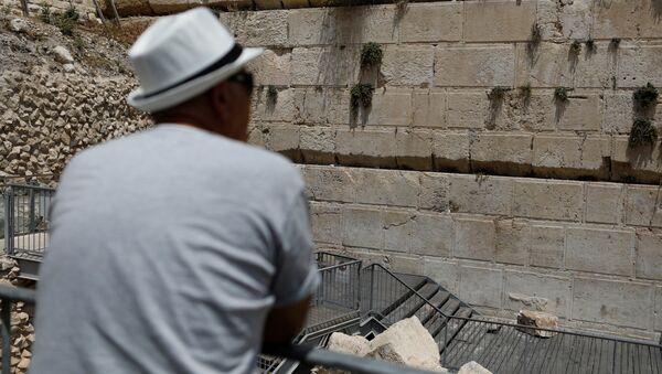 Стокилограммовый камень выпал из Стены Плача в Иерусалиме. 23 июля 2018