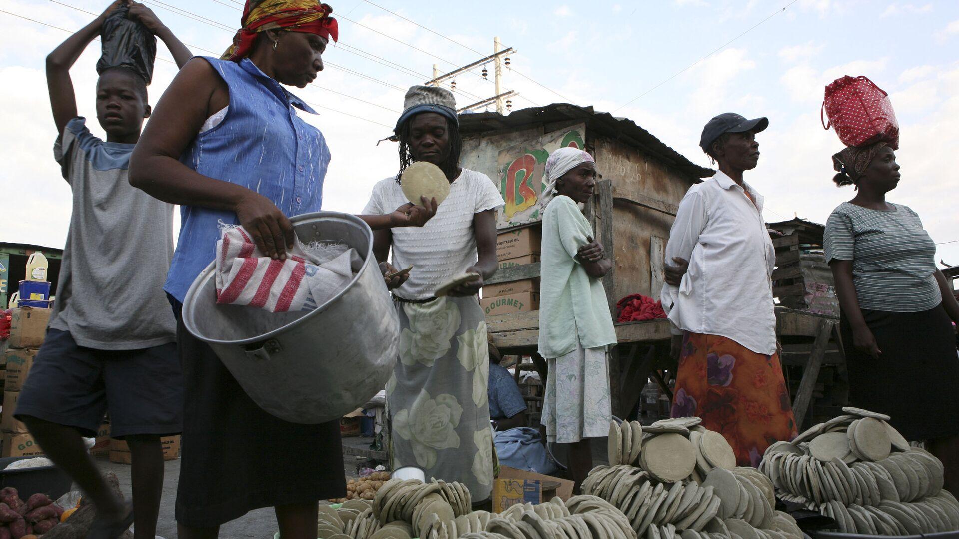 Продажа лепешек из грязи на рынке в Порт-о-Пренсе, Гаити - РИА Новости, 1920, 20.07.2020