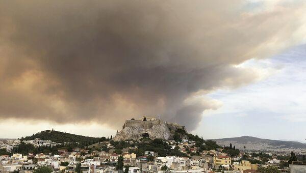 Дым от лесных пожаров над Акрополем в Афинах. 23 июля 2018 года