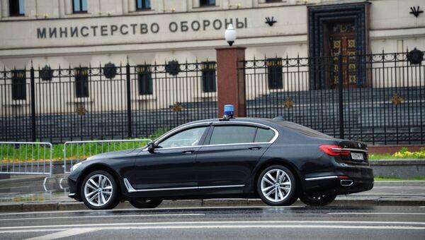 Автомобиль у здания министерства обороны России. Архивное фото