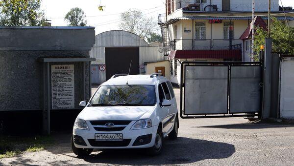 Автомобиль выезжает из ворот контрольно-пропускного пункта исправительной колонии №1 в Ярославле. 23 июля 2018