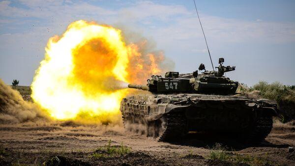 Танк Т-72Б 20-й гвардейской общевойсковой армии Западного военного округа во время учений на полигоне Погоново