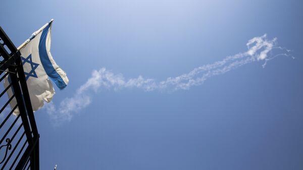Следы ракет на небе в Израиле