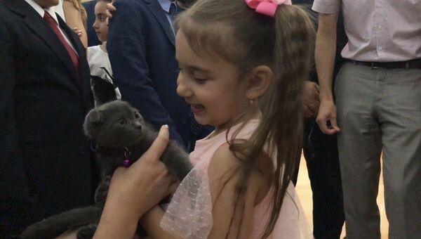 Жена президента Сирии Башара Асада Асма Асад подарила котёнка младшей дочери Героя России Марата Ахметшина, павшего во время борьбы с террористами в Сирии, котёнка шотландской вислоухой породы