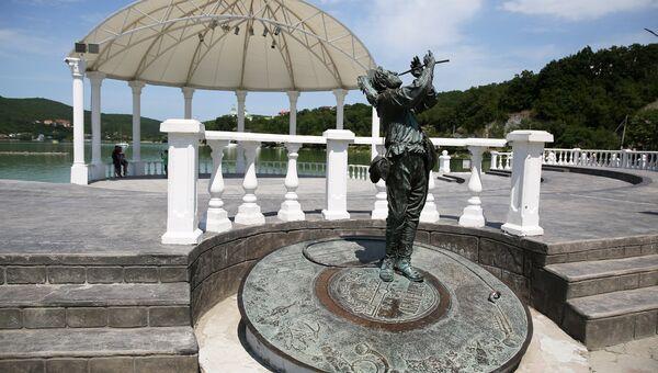 Скульптура герою Леонида Утесова из фильма Веселые ребята на набережной озера Абрау в селе Абрау-Дюрсо в Краснодарском крае