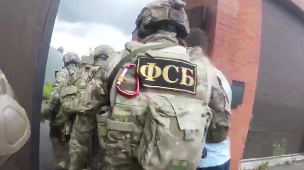 Сотрудники ФСБ во время задержания участника преступной группы. Архивное фото