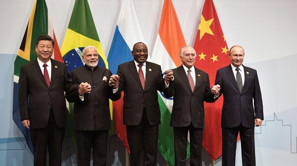 Президент РФ Владимир Путин во время совместного фотографирования лидеров БРИКС
