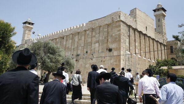 Жители Израиля и туристы возле Пещеры Патриархов в городе Хеврон. Архивное фото