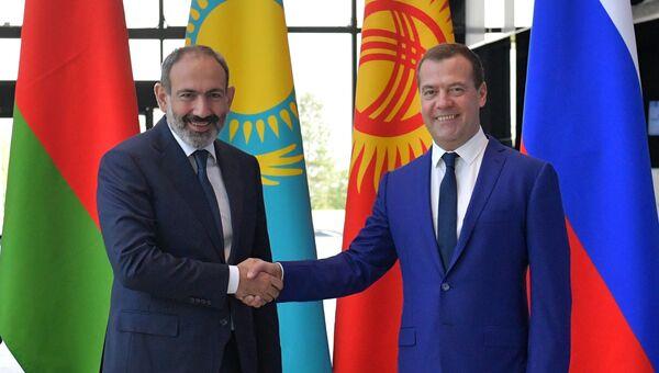Дмитрий Медведев и премьер-министр Армении Никол Пашинян перед началом заседания ЕАЭС. 27 июля 2018