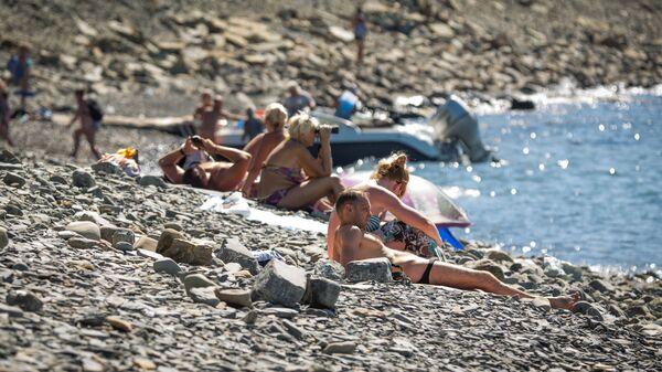 Отдыхающие на побережье Черного моря в районе заповедника Утриш в Краснодарском крае. Архивное фото