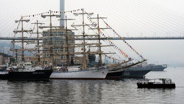 Корабли и суда, задействованные в программе первого Международного дальневосточного морского салона, у причала во Владивостоке. 27 июля 2018