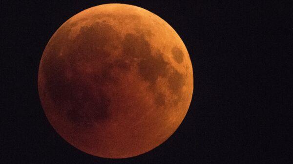 Луна во время затмения над Сочи. Архивное фото