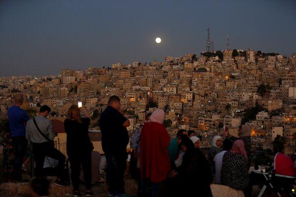 Люди в ожидании лунного затмения в Иордании. 27 июля 2018