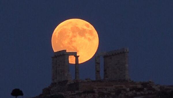 Огромная и кровавая: какой увидели Луну в разных странах во время затмения