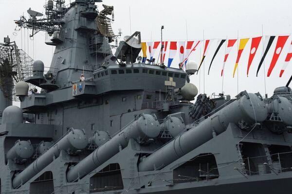 Ордена Нахимова гвардейский ракетный крейсер Варяг на праздновании Дня Военно-Морского Флота во Владивостоке.  29 июля 2018