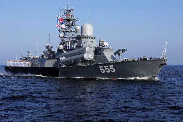 Моряки на борту малого ракетного корабля проекта 1234.1 «Гейзер» на главном военно-морском параде.
