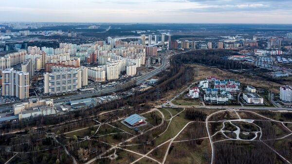Район Павшинская пойма (слева) и ландшафтный парк Митино в Москве. Архивное фото