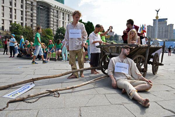 Участники социально-информационной акции противодействия торговле людьми в Киеве.