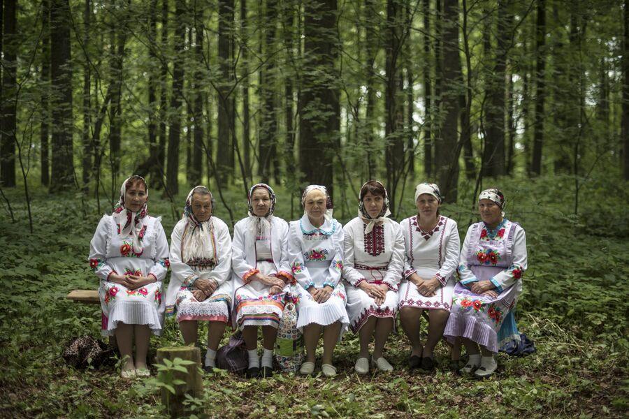 Жительницы села Шоруньжа в национальных костюмах на празднике Сярем