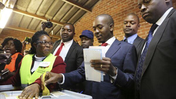 Кандидат от оппозиционной партии Зимбабве Движение за демократические перемены Нельсон Чамиза на президентских выборах. 30 июля 2018