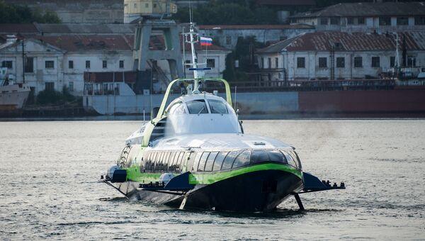 Скоростное морское пассажирское судно на подводных крыльях Комета 120М выполняет первый рейс по маршруту между Севастополем и Ялтой. 1 августа 2018