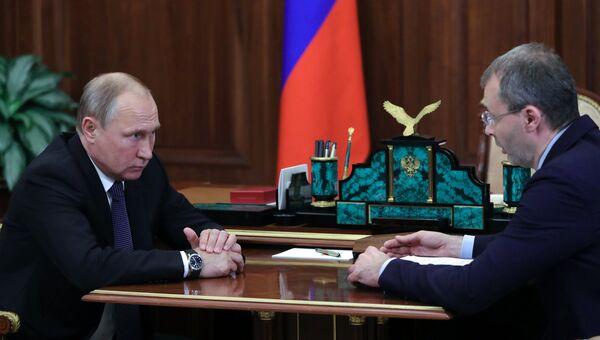 Президент РФ Владимир Путин и губернатор Чукотского автономного округа Роман Копин во время встречи. 1 августа 2018