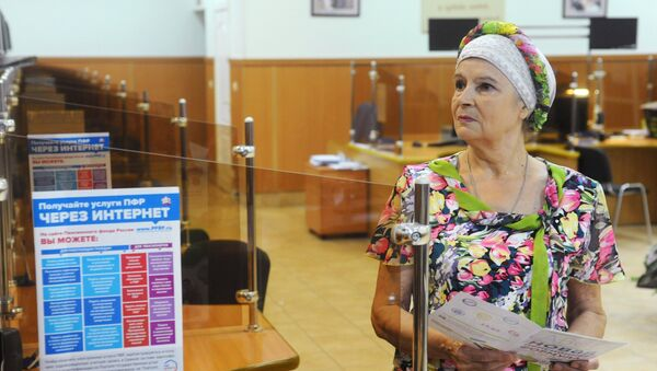 Женщина в клиентском зале Пенсионного фонда России. Архивное фото