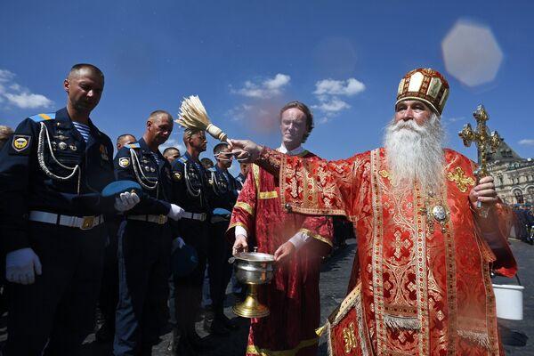 Военнослужащие и священнослужители во время крестного хода в день памяти святого пророка Илии на Красной площади в Москве