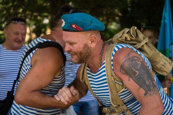 Служащие Воздушно-десантных войск в Парке культуры и отдыха имени Юрия Гагарина в Симферополе