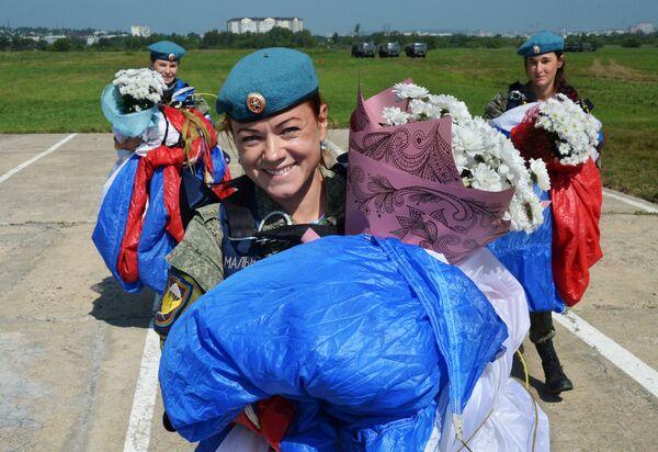 Женщины-военнослужащие Воздушно-десантных войск на праздновании Дня  ВДВ в 83-й отдельной  гвардейской  десантно-штурмовой бригаде в городе Уссурийске