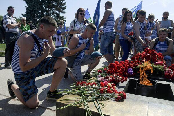 Служащие Воздушно-десантных войск возлагают цветы у Вечного огня на Марсовом поле в Санкт-Петербурге