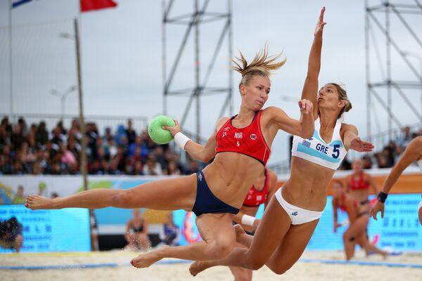 Спортсменка сборной Норвегии Мариель Мартинсен и спортсменка сборной Греции Анна Калоиди в финальном матче чемпионата мира по пляжному гандболу между женскими сборными Греции и Норвегии в Казани.