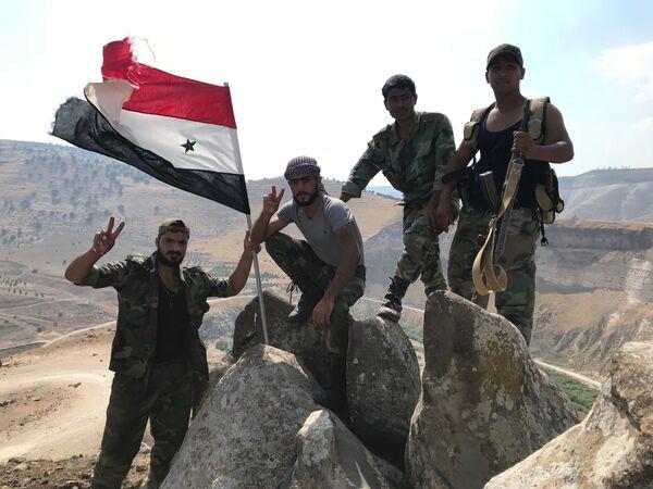 Сирийские военные водрузили государственный флаг на крайней точке территории страны на юго-западе провинции Дераа на границе с Иорданией