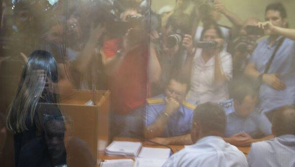 Одна из сестер Хачатурян, обвиняемых в убийстве своего отца, Михаила Хачатуряна, в зале Останкинского суда Москвы во время избрания меры пресечения. 2 августа 2018