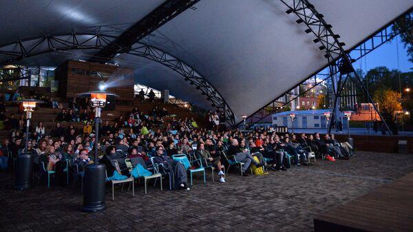 Зрители в кинотеатре под открытым небом в музее современного искусства Гараж