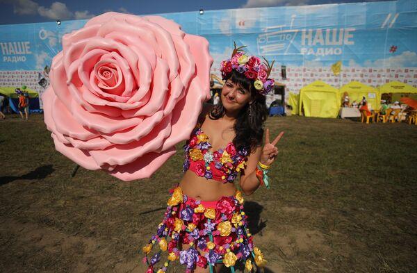 Зрительница на музыкальном фестивале Нашествие 2017 в поселке Большое Завидово в Тверской области