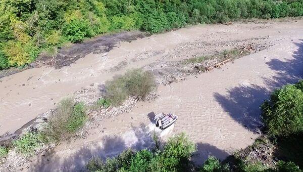 Сотрудники МЧС во время поисково-спасательной операции на реке Сочи в Краснодарском крае. 4 августа 2018