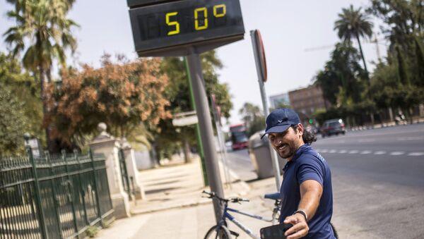 Электронное табло на улице показывает температура +50 градусов по Цельсию на улицах города Севилья в Испании. 4 августа 2018