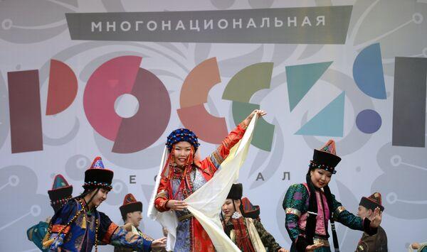 Участники Московского творческого коллектива танца Буин хан во время концерта на фестивале Многонациональная Россия в Москве