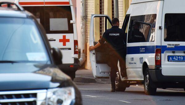 Автомобили скорой помощи и полиции на улице Москвы, архивное фото