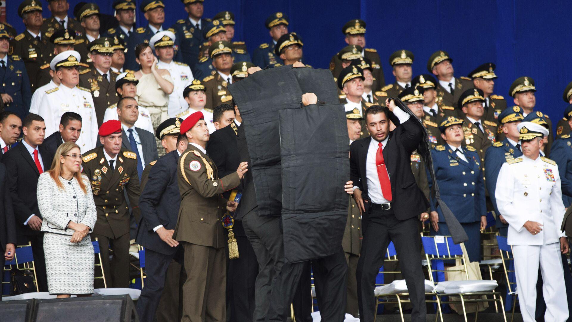 Сотрудники службы безопасности во время покушения на президента Венесуэлы Николаса Мадуро. 4 августа 2018 - РИА Новости, 1920, 14.07.2021